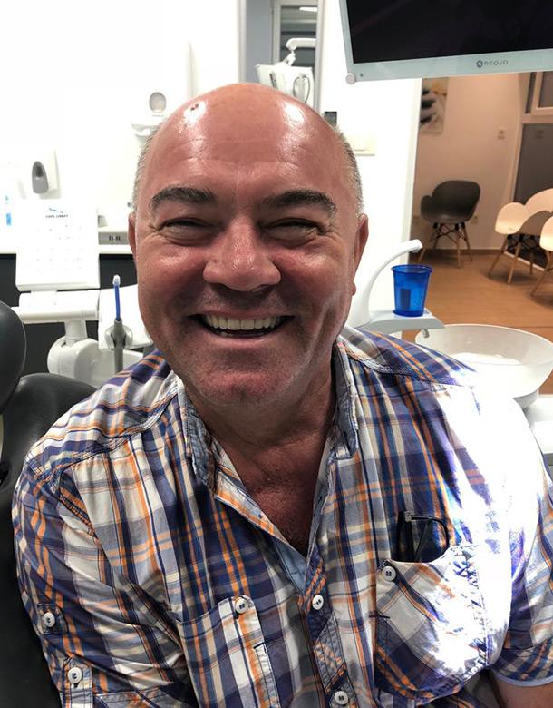 Slika zadovoljnog pacijenta Josipa Šokca nakon ugradnje zubnih krunica